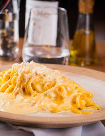 Spaghetti alla chitarra Carbonara - guanciale, gema de ovos, pecorino e pimenta do reino.