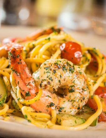 Spaghetti alla chitarra, com abobrinha, tomate cereja e camarões.