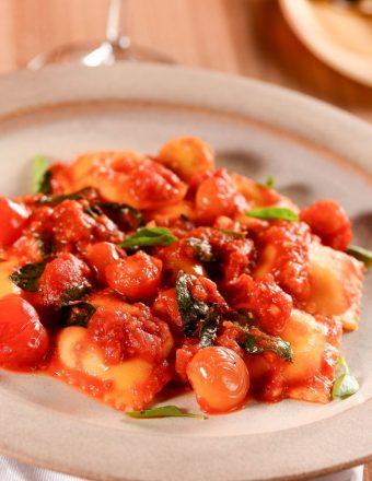 Raviolli fresco recheado com mussarela e molho pomodoro.